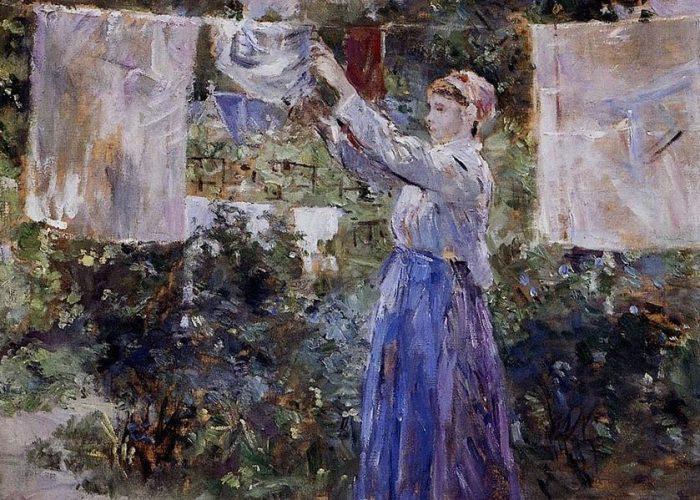 femme étendant son linge